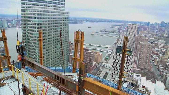 2011. február, kilátás az éppen aktuális legfelső emeletről. Ekkor még nem nyerte vissza az épület New York legmagasabb felhőkarcolójának címét.