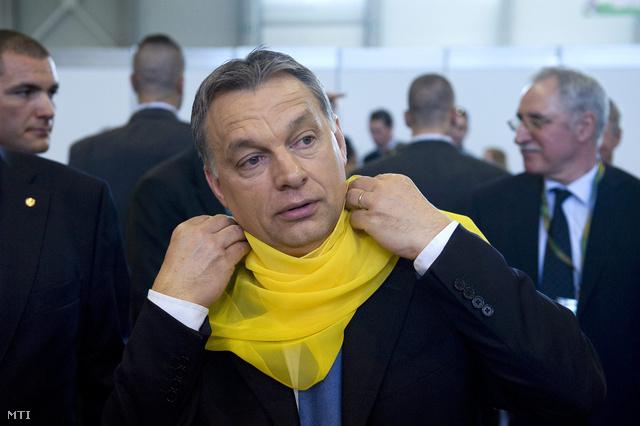Orbán Viktor miniszterelnök egy szabóktól ajándékba kapott díszsálat köt nyakába a 6. Szakma Sztár Fesztiválon, április 24-én