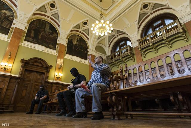 Magyar Róbert április 24-én a Fővárosi Törvényszék Markó utcai épületében