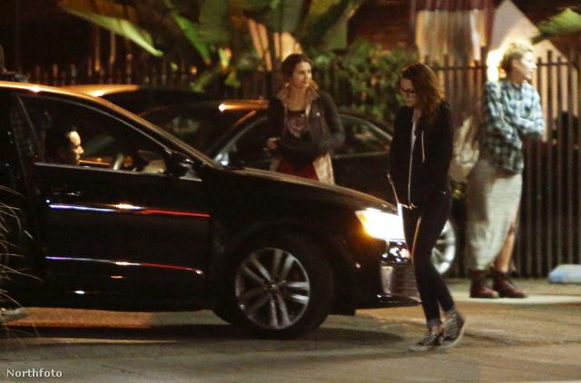 Kristen Stewart közelít az idegen autóhoz