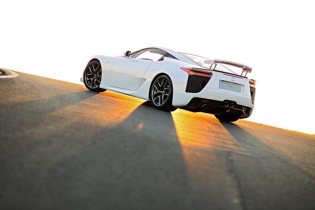 Jó fotós, szép autót, naplementében így lő meg