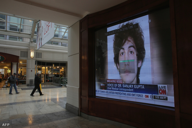 A napokig körözött bostoni merénylő fotója egy áruházi hírfalon