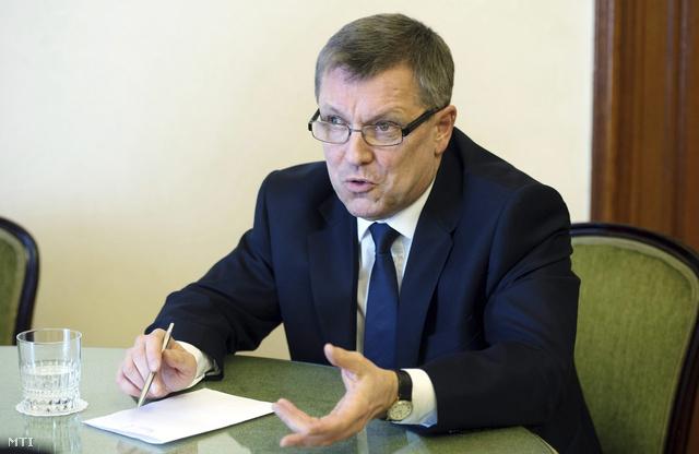 Matolcsy György a Magyar Nemzeti Bank elnöke interjút ad az MTI-nek dolgozószobájában