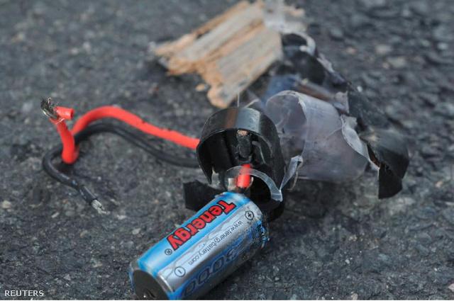 A robbanószerkezet egy darabja a bostoni rendőrség által közreadott képen