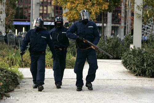 Rendőrök a Deák téren 2006. október 23-án