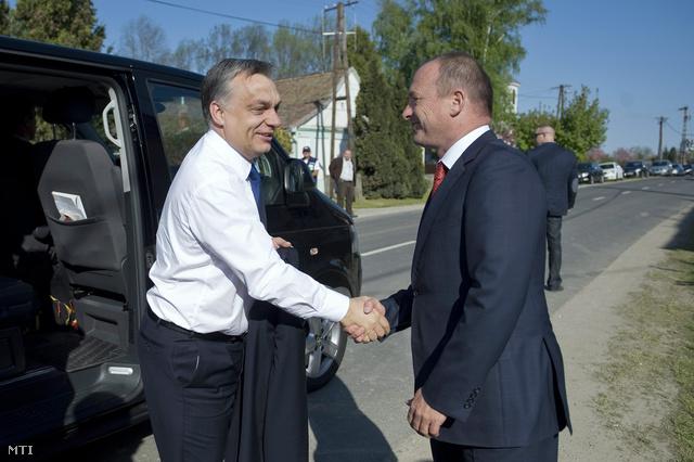 A kihelyezett kormányülésre érkező Orbán Viktor miniszterelnököt (b) Tiffán Zsolt, a Baranya megyei közgyűlés elnöke, a térség fideszes országgyűlési képviselője fogadja.