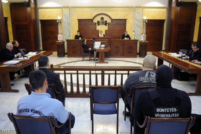 Kun Tamás (j) és Deme Gábor (b) a csepeli kettős gyilkosság elsőrendű vádlottja a Fővárosi Ítélőtáblán tartott tárgyaláson