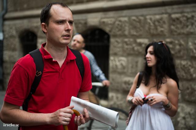 Tabajdi Gábor történész, mögötte a belvárosi állambiztonsági túra résztvevői