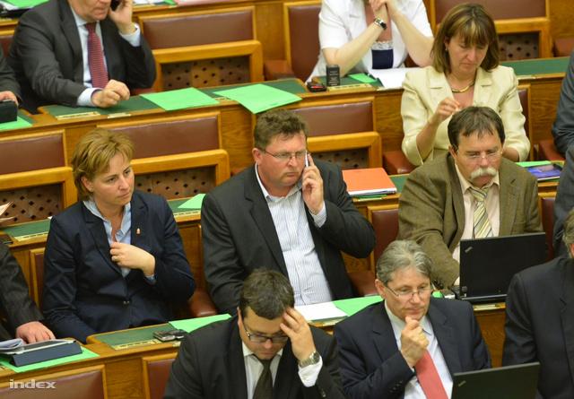 Balogh József (telefonnal) hétfő délelőtt a parlament ülésén