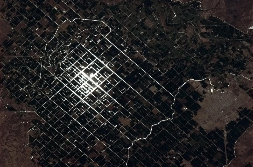 A napfény megcsillan a mexikói öntözőcsatornákon