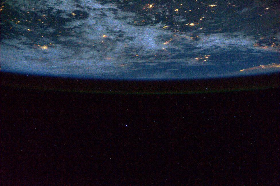 A föld légköre világít a sötétben