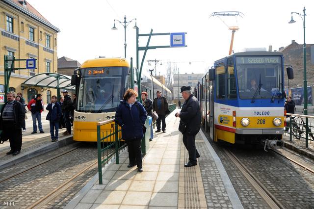 2012. március 2. Az első utasokat szállító Pesa Swing Szeged típusú alacsonypadlós villamos (b) és egy Tatra KT4D-M típusú villamos (j) áll a 2-es villamosvonal Indóház téri végállomásán Szegeden.