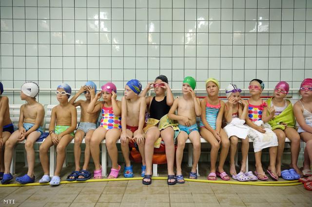 Első osztályos gyerekek úszásórán vesznek részt a Salgótarjáni Központi Általános Iskola és Diákotthon Gagarin tagiskolájában