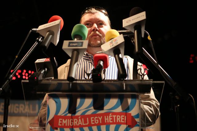 Gerendai Péter egy Szigetes sajtótájékoztatón