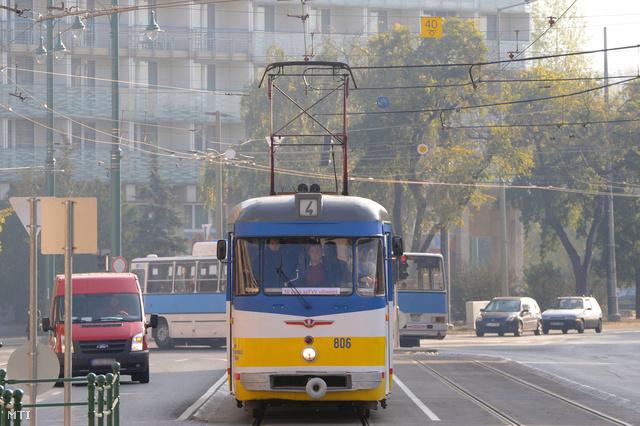 2011. október 19. FVV típusú villamos halad Szegeden, a Tisza Lajos körúton. Ötven esztendeje, 1961 októberében indult el az első ilyen villamos.