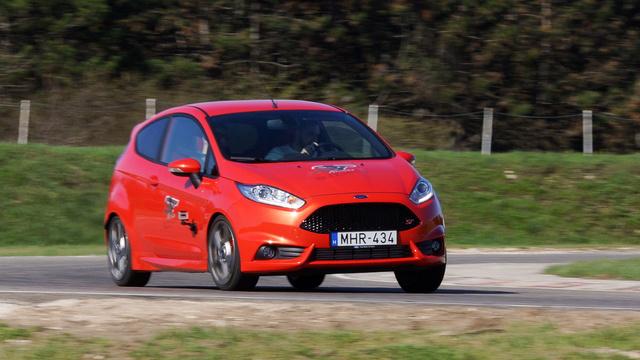 Egyszerű futóművéhez képest nagyon ügyesen kanyarodik a Fiesta ST