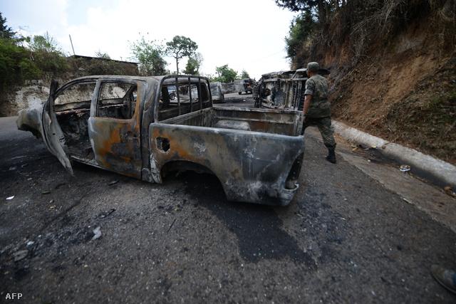 Kiégett autók a harcok nyomán Guatemalában