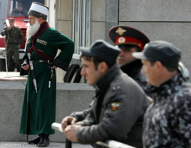 Egyenruhák és népviselet az utcán Groznijban