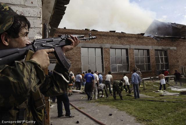 Orosz katonák csaptak össze csecsen túszejtőkkel egy oroszországi általános iskolában, 2004-ben. A leégett romok alatt 100 holttestet találtak