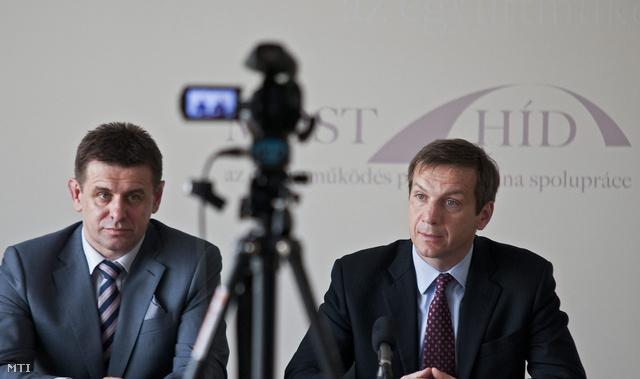 Bajnai Gordon, az Együtt 2014-Párbeszéd Magyarországért választási szövetség vezetője (j) és Solymos László, a Most-Híd szlovák-magyar vegyes párt parlamenti frakciójának vezetője (b) sajtótájékoztatót tartanak megbeszélésükről a Most-Híd pozsonyi pártszékházában 2013. május 3-án.