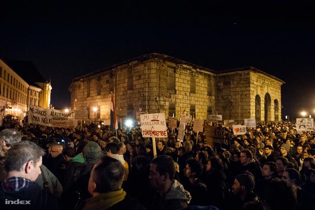 Tüntetés a Sándor Palota mellett az alaptörvény negyedik módosítása ellen 2013. márciusában