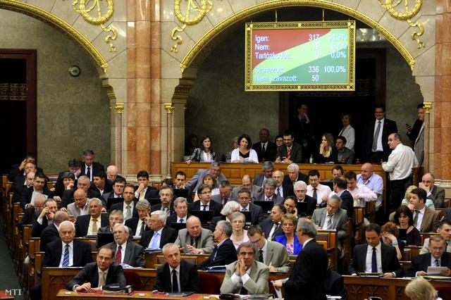 Parlamenti szavazás a rezsicsökkentés végrehajtásáról szóló törvényjavaslatról