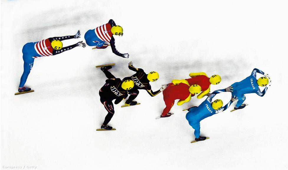 Stafétaváltás az 5000 méteres férfi gyorskorcsolya váltón a sheffieldi rövidpályás világbajnokságon 2000-ben.