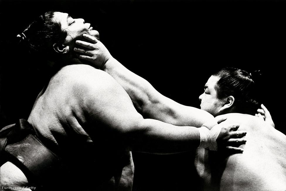 """Konisikit, a """"dömpert"""", minden idők legnehezebb szumóbirkózóját fojtogatja ellenfele az első, Japánon kívül megrendezett szumóversenyen a londoni Royal Alber Hallban, 1991. október 9-én."""