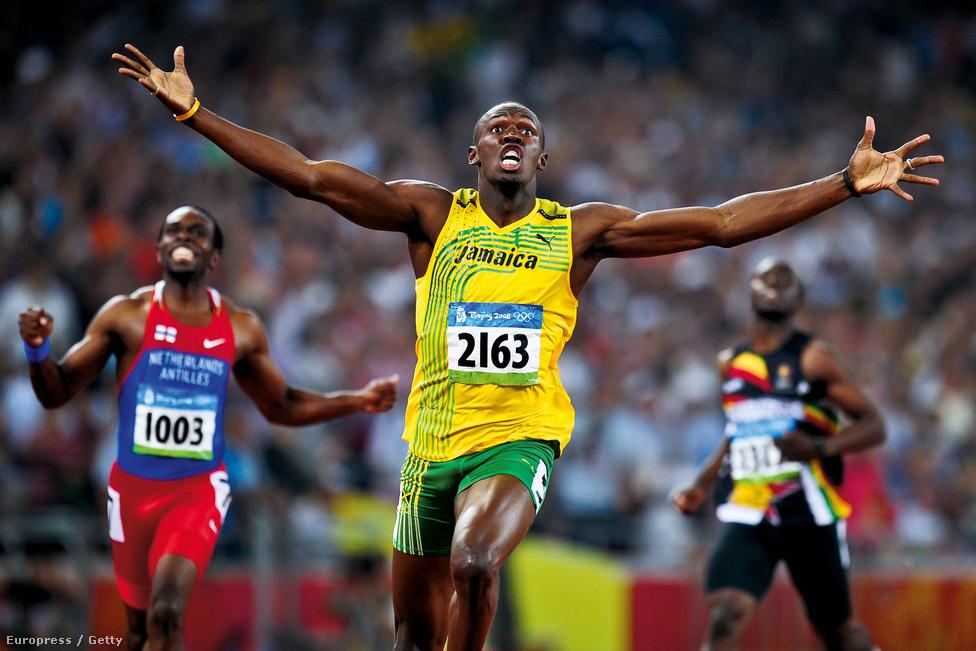 Usain Bolt jamaikai sprinter megdönti a 200 méteres síkfutás rekordját a 2008-as Olimpiai játékokon Pekingben.
