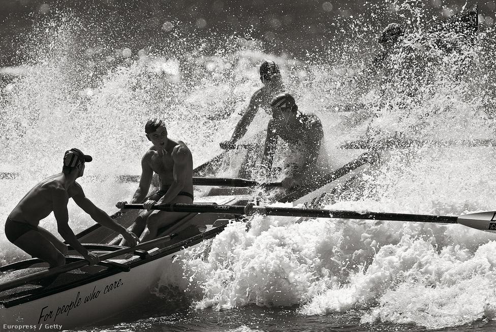 Mentőcsónak verseny az ausztrál Collaroy Beachen 2003. november 15-én.