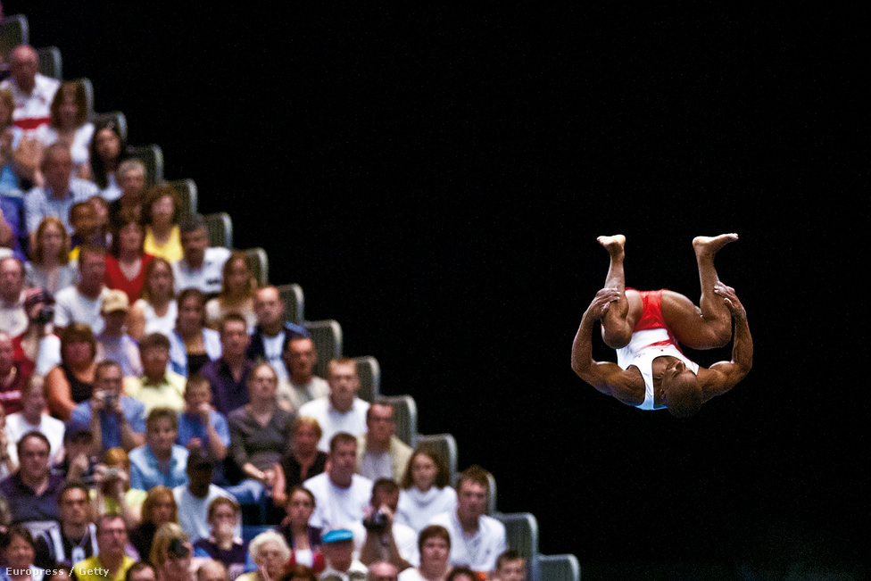 Kanukai Jackson angol tornász a levegőben  a 2002-es Nemzetközösségi Játékokon.