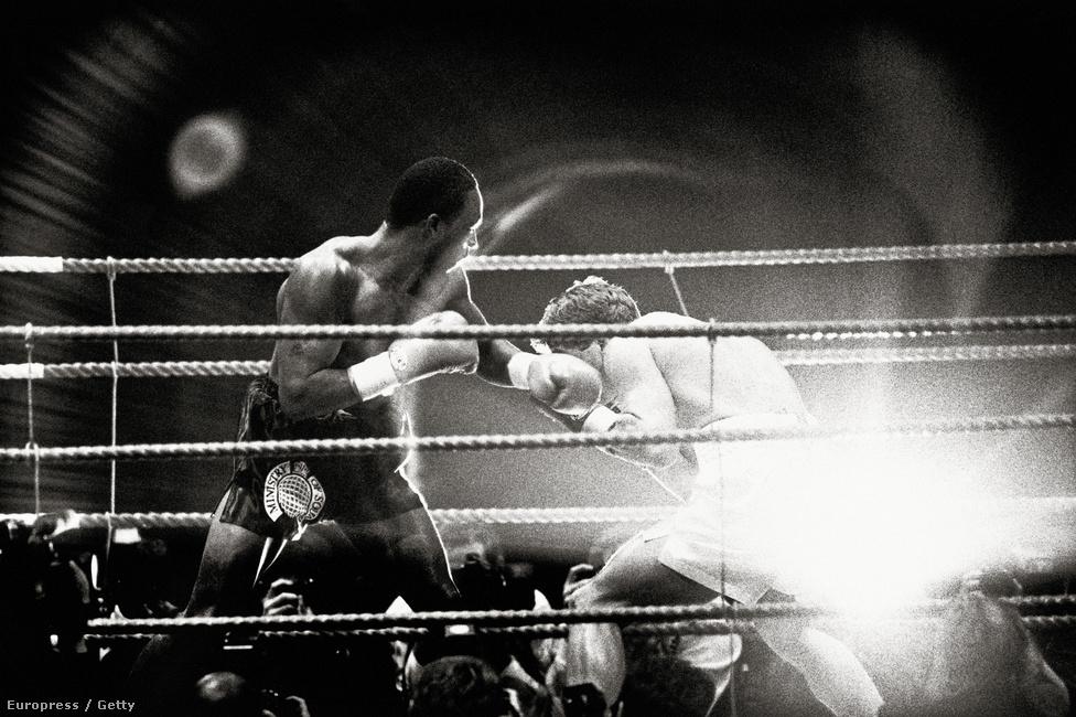 Elvillan egy vaku, miközben Nigel Benn és Nicky Piper küzd a WBC nagyközépsúlyú övéért, 1992. november 12-én.