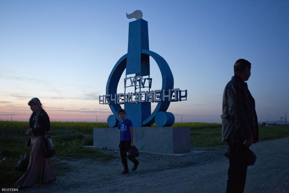 Hajnali buszra várók Csiri-Jurt falu mellett, ahonnan a bostoni robbantók nagyapja is származik. A Carnajev-fivérek szülei azonban Kirgizisztánban és Dagesztánban születtek, a gyermekek sem éltek Csecsenföldön. A csecsen elnök sátánnak nevezte az ifjakat, megjegyezve, hogy vezetéknevük oszétokra utal. (A keresztény nép a jászok rokona.) Ramzan Kadirov szerint a robbantóknak bűnhődniük kell.