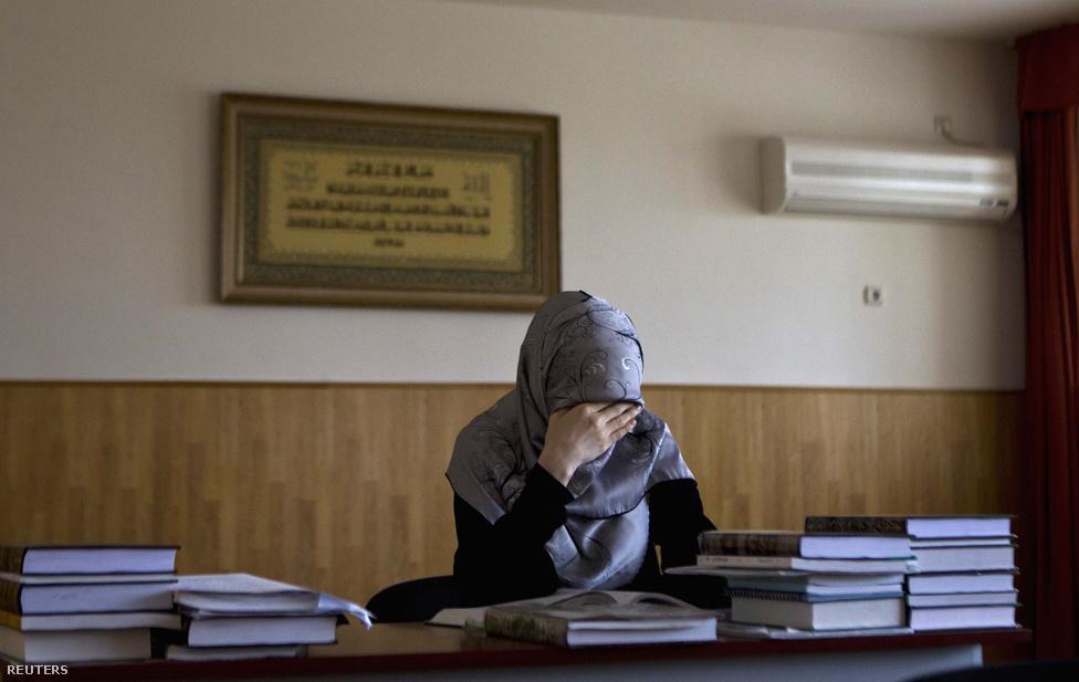 Saria jogot tanuló lány az Orosz-Iszlám Egyetemen. Az intézményt Ramzan Kadirov alapította, azzal a céllal, hogy az iszlám Kaukázusban hagyományos szúfi irányzatát terjessze, útját állva a szeparatizmust hirdető vahabita eszméknek. Az elvi lehetőség ellenére a gyakorlatban kevés nő jut el az egyetemig.