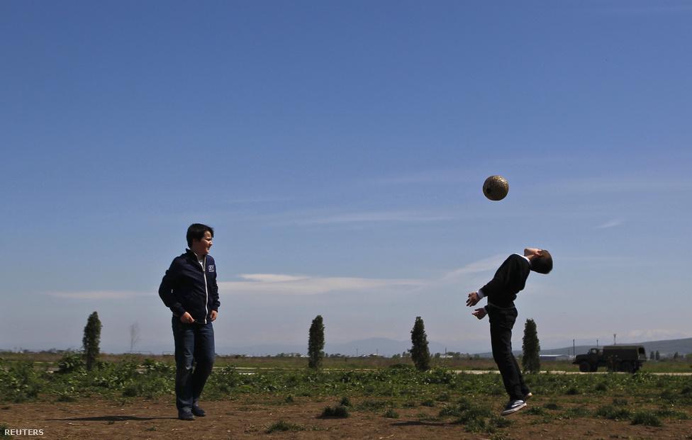 Két fiú focizik Groznij külvárosában. A radikalizmus terjedésének jó terepe a kilátástalanság. Kadirov leginkább a sporton keresztül szeretné megfogni a fiatalokat, ám ez többnyire kimerül a központokban lévő megaberuházásokban. A stadionépítés hatását sok fiatal nem érzi meg.