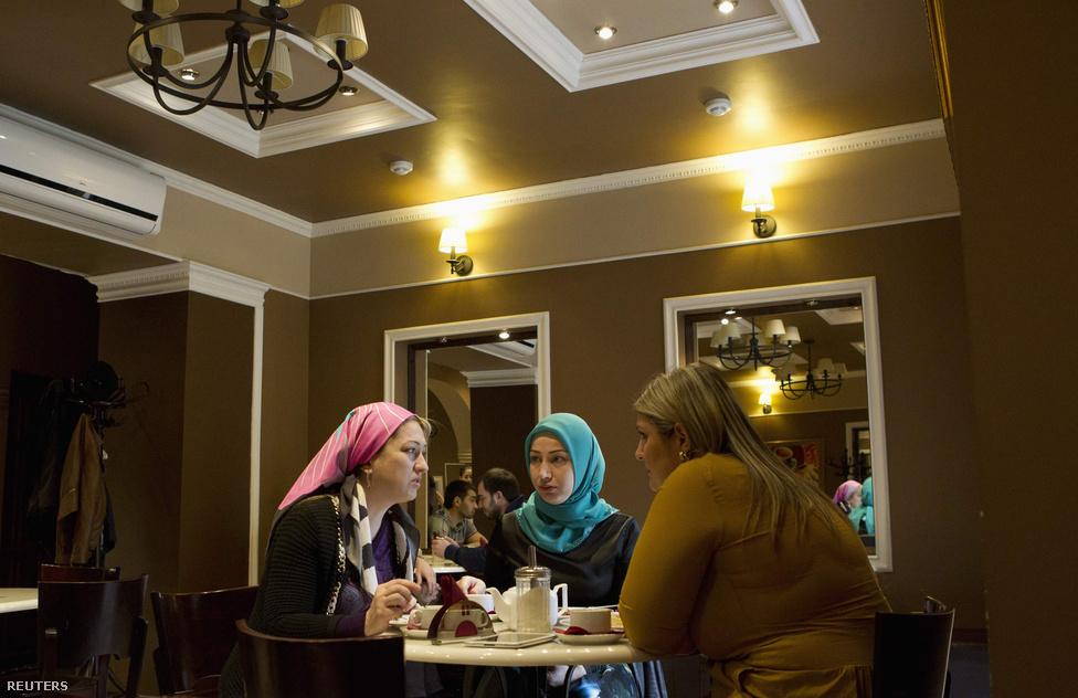Csecsen nők kendővel a fejükön egy fővárosi kávéházban. Egyre megszokottabb látvány a hagyományba burkolózó öltözék. Igaz, a nők tanulhatnak, és a vezetés harcot vív a radikálisok között hódító vahabita nézetek ellen, bár a sariát támogatja Kadirov. A vahabita nézetek mégis terjednek szerte Észak-Kaukázusban, még a kevésbé vallásos családokból származó fiatalok között is.