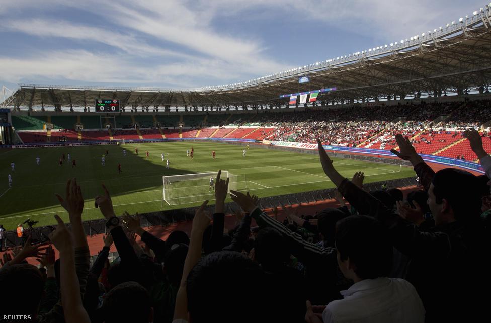 A Tyerek Groznij Ahmad Kadirov klub szurkolói az Ahmad Kadirov stadionban. A klub – igazolandó Csecsenföld pacifikálásának sikerét – 2008 óta az első osztály stabil középcsapata, öt brazil játékossal. 2011-ben Ruud Gullit vezette, ám a gyenge eredmények miatt fél év után Kadirov megvált a hollandtól. Futballt előszeretettel veti be népszerűsége érdekében a csecsen vezér.