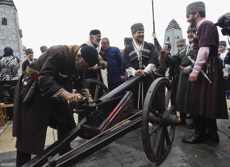 Ramzan Kadirov (középen) figyeli az ágyú töltését. A csecseneknél nagy hagyománya van a szabadságharcnak. A cári Oroszország idején is ők küzdöttek legtovább. Samil imám 25 év küzdelem után 1859-ben egyezett ki Moszkvával, tisztes megélhetést kapott Oroszországban, végül Medinában halt meg 1871-ben. A Kadirov család hasonló taktikát követett, ráadásul, Samillal szemben lényegében a teljhatalmat is megszerezte, cserében a fennhatóság elismeréséért.