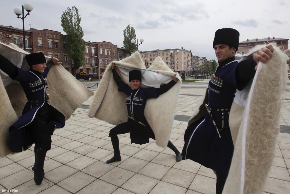 Állami ünnepség, a csecsen nyelv napja Groznijban. Lezginkát járó táncosok harci díszben. A robbanékony táncot a kisgyerekek is hamar elsajátítják. Kiemelt kultusza van a harcot imitáló kardos-késes táncoknak is.