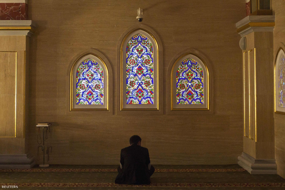 Imádkozó férfi a Csecsenföld szívében.  A 2008-ban felépített mecsetet az erkölcsi megújulás szimbólumának is szánta Kadirov. A költséges beruházásokra 2025-ig 18 milliárd dollárt kér Csecsenföld. A születésnapjával egybekötött főváros napjának rendezvényére szerzett összegről csupán annyit mondott: a pénzt Allah adta.