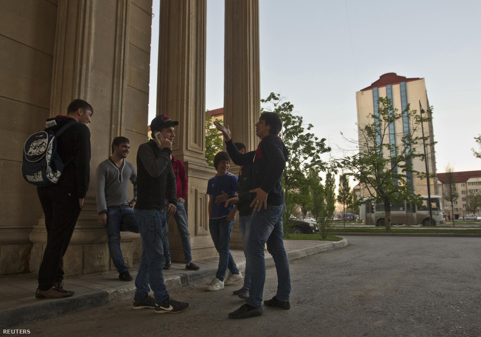 Fiatalok beszélgetnek egy utcasarkon Groznijban. Az újjáépítés ugyan ad munkát, ám a munkanélküliség az 1,3 milliós Csecsenföldön így is 37 százalékos hivatalosan – a szomszédos, csecsenekkel rokon, félmilliós Ingusföldön 49 százalékos – míg az országos átlag csupán 7 százalék.