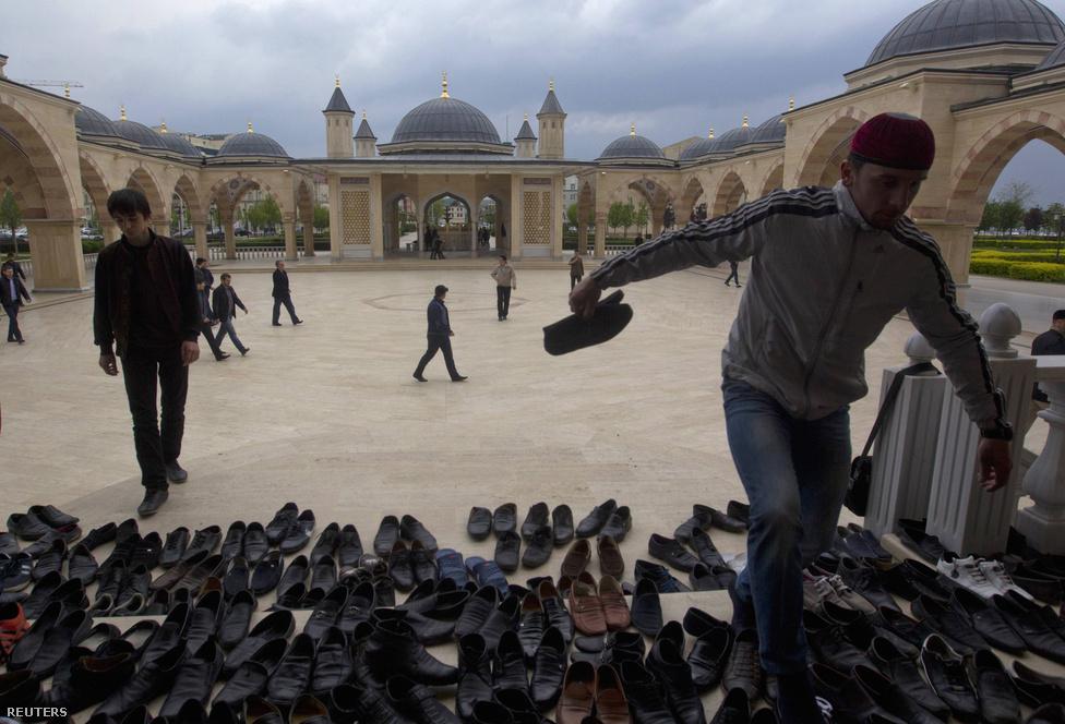 Muszlim férfiak cipői a mecset bejáratában a pénteki ima alatt. A hit formális követése szerves része lett a mindennapoknak, a Kaukázusban. Az iszlám térhódítása felgyorsult a Szovjetunió felbomlása után, még a Moszkvában élő, nyitottabb csecsen diaszpóra körében is.