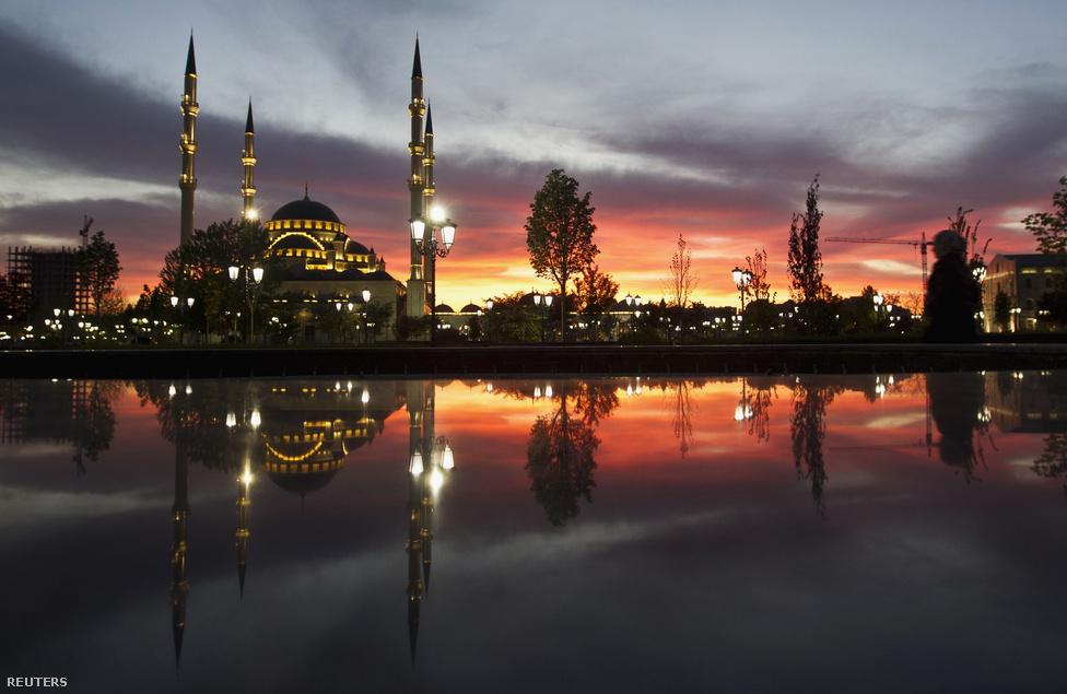 """Oroszország legnagyobb mecsete, a tízezer főt befogadó """"Csecsenföld szíve"""" a lemenő nap fényében. Kadirov – aki az épületet apjának szentelte – elsőrendű feladatának tartja az iszlám megerősítését az Észak-Kaukázusban. Ugyanakkor a Kremllel való szövetségét jelzi, hogy az egykori Lenin téren épült mecset sugárútja Vlagyimir Putyin nevét viseli."""