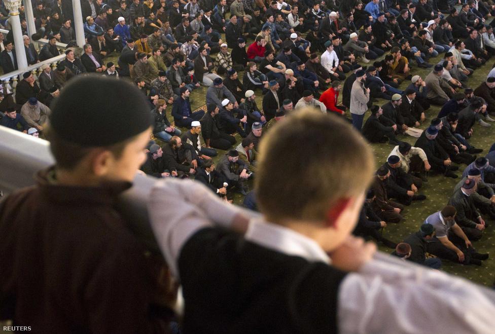 Muszlim fiúk figyelik az imához készülődő férfiakat. 2005 óta az iskolai oktatás része az iszlám alapjaival való megismerkedés. Az első és a Putyin alatt megindított második csecsen háború után a nulláról kellett indítani az oktatást, óvodáktól az egyetemekig.
