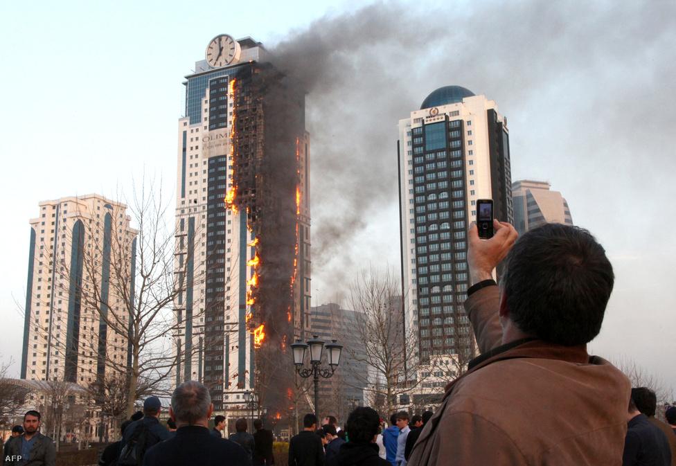 Áprilisban tűz ütött ki Csecsenföld egyik büszkeségében, a Groznij-city komplexumban álló Olimposzban. A szomszédos toronyban kapott februárban lakást 100 millió forint  értékben Gerard Depardieu francia színész, orosz állampolgár. Az épületegyüttes a főváros háború utáni újjáépítésének szimbóluma, októberre ismét felújítják orosz költségvetési pénzből. A  toronyház 145 méterével – csúcsán a világ legnagyobb, 14 méter átmérőjű toronyórájával – egész Oroszország legmagasabb lakóépülete Moszkván kívül.
