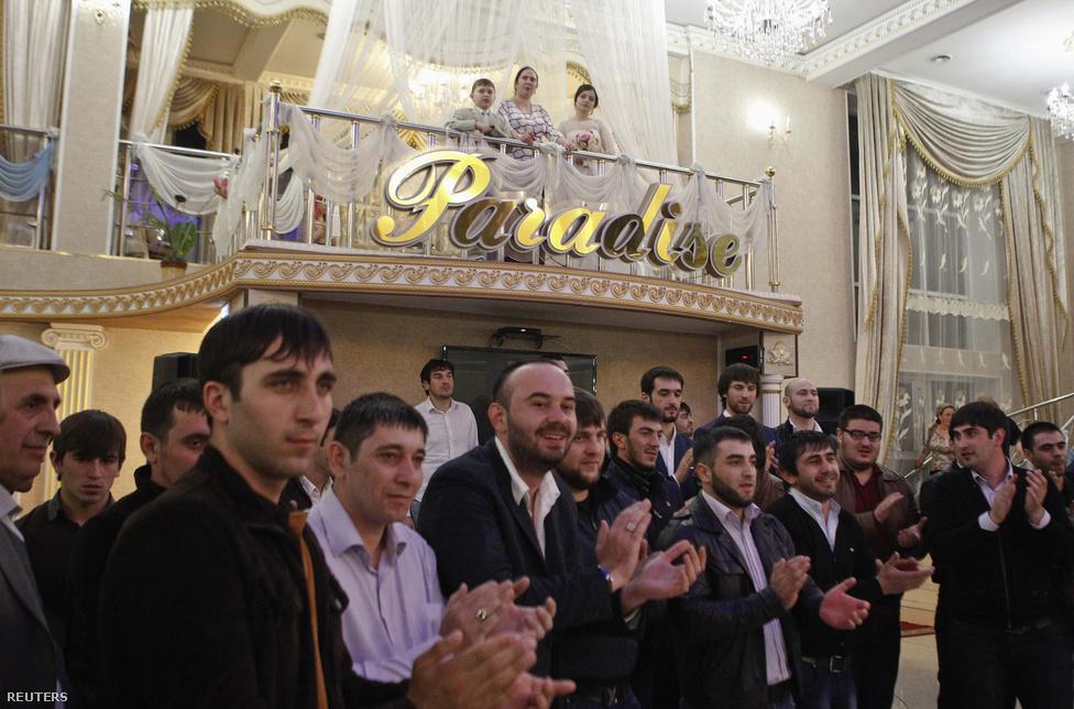 """Menyasszonytánchoz tapsoló vendégsereg egy esküvőn.  Ma már magától értetődő, hogy egy csecsen nő csak csecsen férfihoz mehet hozzá. A férfiak előtt nem áll ilyen korlát,  feltéve, ha az asszony áttér az iszlámra. Kadirov szerint ideje lenne a többnejűséget is engedélyezni, mert az """"becsületesebb, mint a szerelmi háromszög."""""""