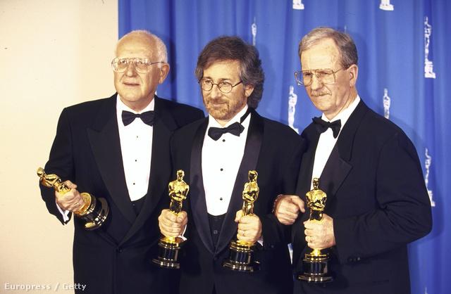 Spielberg (középen) 1994-ben a Schindler listájáért kapott Oscarral