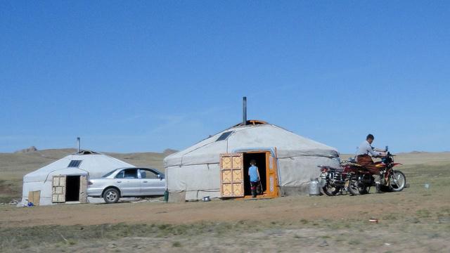 Jurtában lakik a mongol, de autója, motorja, tévéje, mobilja van