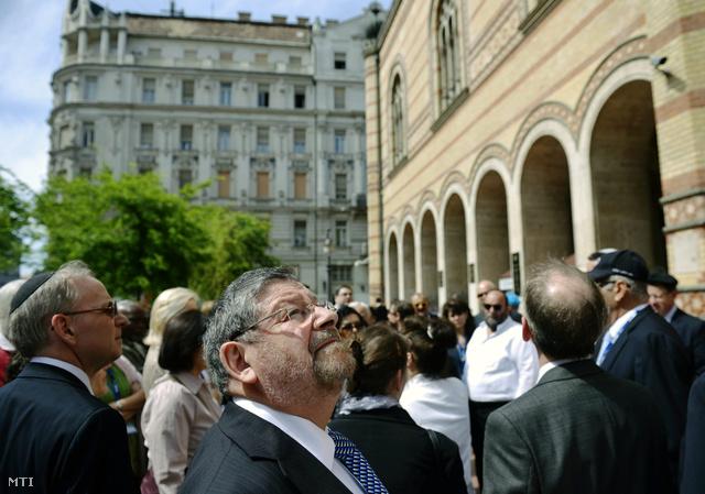 A Zsidó Világkongresszus (World Jewish Congress - WJC) május 5-én kezdődő háromnapos budapesti közgyűlésének résztvevői városnézésen vesznek részt a Dohány utcai zsinagógánál 2013. május 4-én.