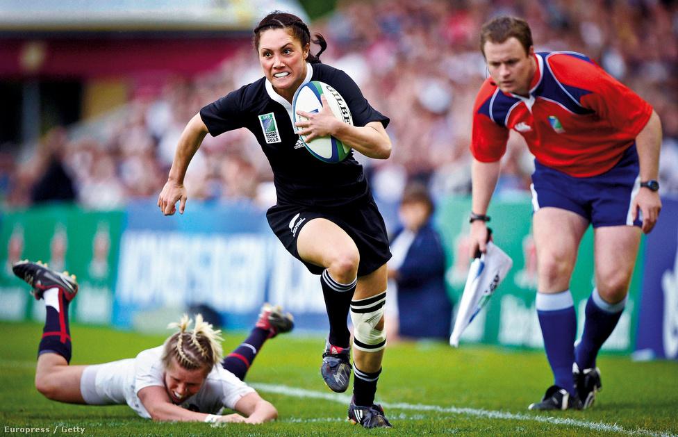 Az új-zélandi Victoria Grant hagyja maga mögött az angol Danielle Watermant a női rögbi vb döntőjében a kizárólag rögbinek otthont adó, 2010-ben százéves Twickenham stadionban.